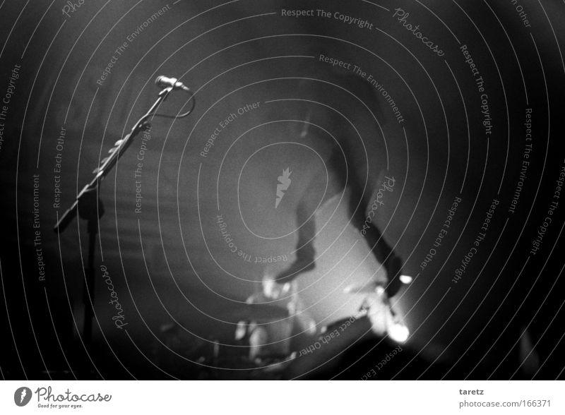Freude springen Musik maskulin Geschwindigkeit Freizeit & Hobby Konzert Rockmusik Leidenschaft Band Veranstaltung Gitarre Bühne genießen Punk Mikrofon
