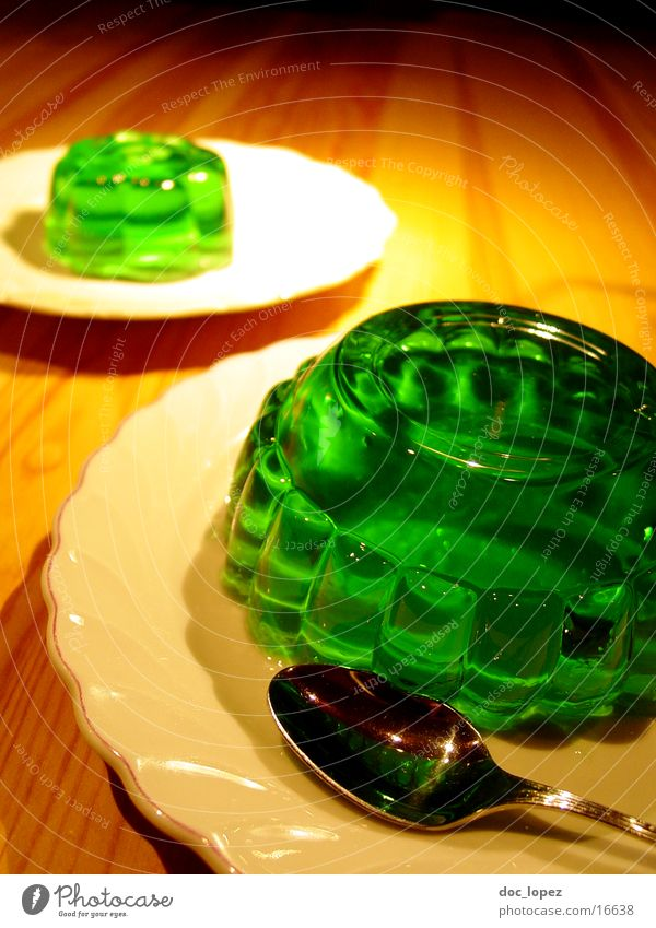 gruen_2 grün Ernährung Lebensmittel Tisch Perspektive Teller Stillleben Dessert UFO Löffel wackeln Pudding giftgrün Götterspeise Waldmeister Wackelpeter