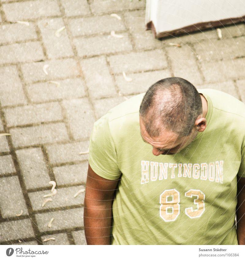 Gedankenversunken Mensch Mann alt Erwachsene Haare & Frisuren Bewegung Stein Traurigkeit Denken Kraft gehen warten maskulin Behaarung Erfolg authentisch