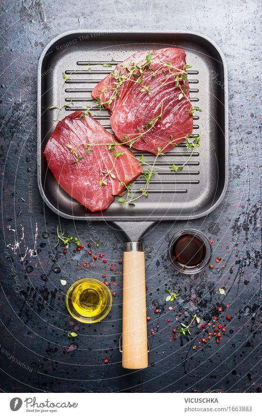 Grill Pfanne mit zwei rohen Thunfischsteaks Lebensmittel Fisch Kräuter & Gewürze Öl Ernährung Mittagessen Abendessen Büffet Brunch Festessen Geschäftsessen
