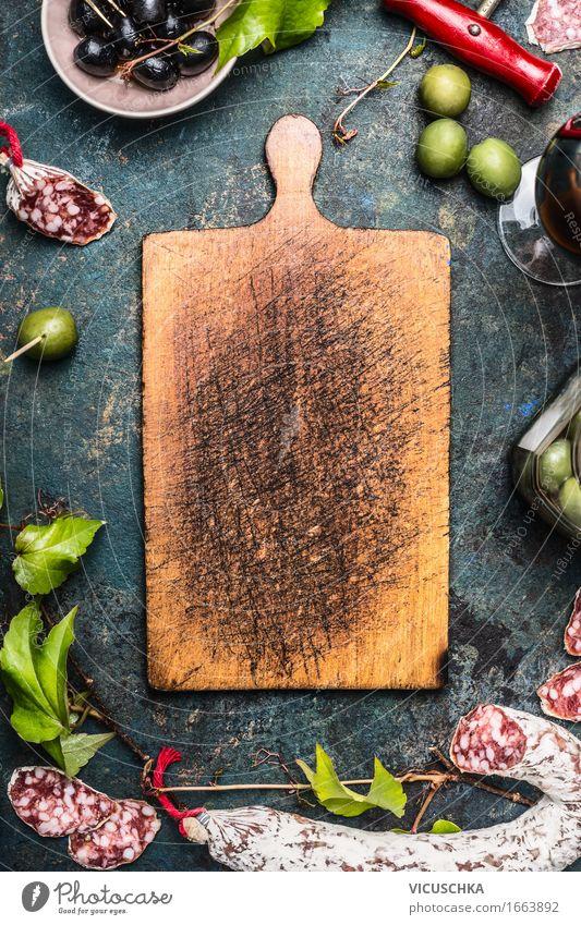 Italienisches Essen und Antipasti um alter Schneidebrett Speise Stil Lifestyle Lebensmittel Party Design Ernährung Glas Tisch Getränk Gemüse Wein Restaurant