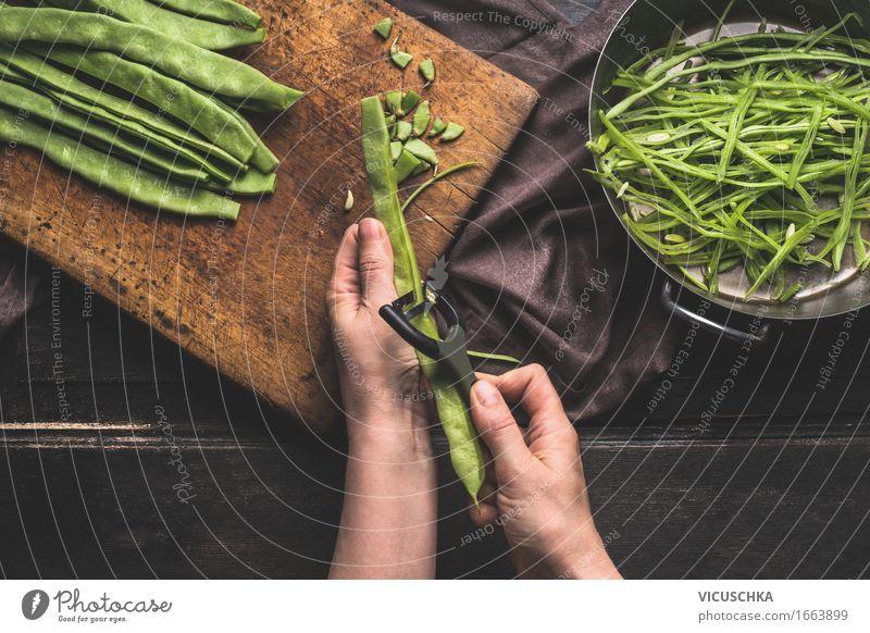 Weibliche Hände schneiden Bohnen mit Gemüseschäler . Mensch Frau grün Gesunde Ernährung Hand dunkel Erwachsene Leben Stil Menschengruppe Lebensmittel Design