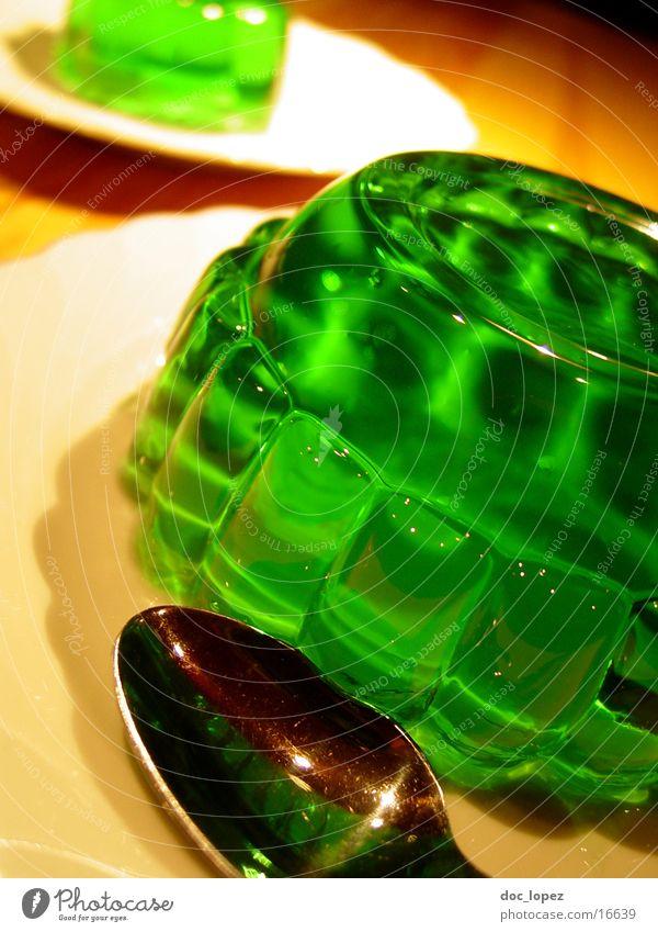 gruen_1 grün Ernährung Lebensmittel Tisch Perspektive Teller Stillleben Dessert UFO Löffel wackeln Geschirr Pudding giftgrün Götterspeise Waldmeister