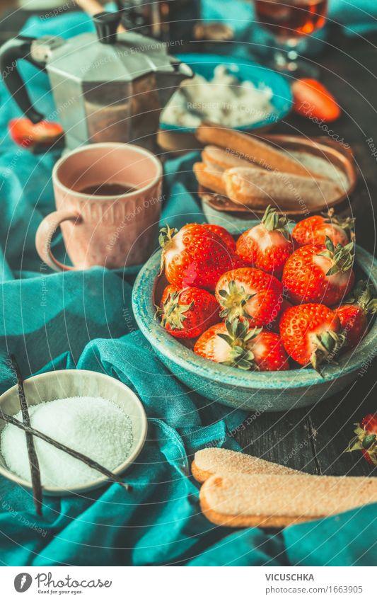 Küchentisch mit Erdbeeren Tiramisu Zutaten Lebensmittel Frucht Dessert Süßwaren Ernährung Italienische Küche Geschirr Teller Schalen & Schüsseln Tasse Stil