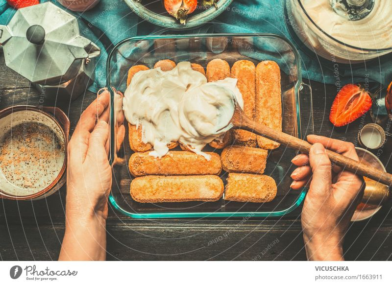 Tiramisu machen. Lebensmittel Kuchen Dessert Süßwaren Ernährung Italienische Küche Geschirr Teller Schalen & Schüsseln Topf Tasse Flasche Glas Löffel Lifestyle