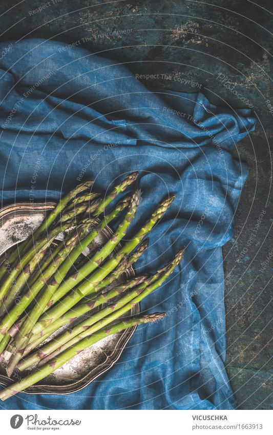 Grüner Spargel rustikal Natur blau grün Gesunde Ernährung dunkel Leben Essen Foodfotografie Stil Lebensmittel Design Häusliches Leben Tisch Küche Gemüse