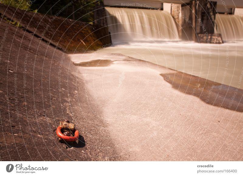 Wasserkraft II Farbfoto Außenaufnahme Menschenleer Textfreiraum rechts Textfreiraum unten Tag Schatten Kontrast Sonnenlicht Bewegungsunschärfe
