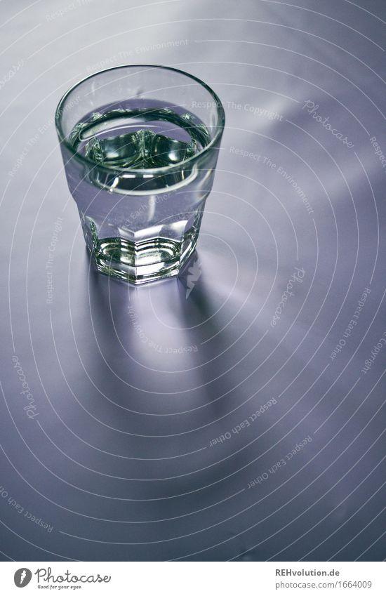 rund | ums Wasser Getränk Erfrischungsgetränk Trinkwasser Glas Gesundheit genießen Gesundheitswesen Durst Schatten Farbfoto Gedeckte Farben Innenaufnahme