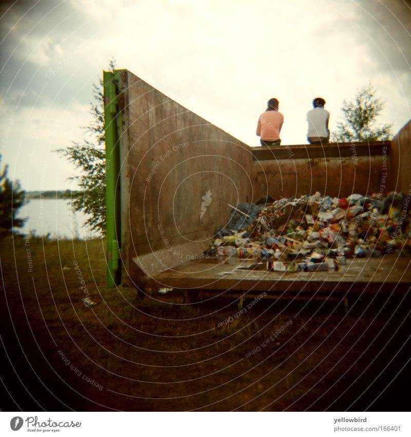 Containerdiskussion Mensch Mann Natur Jugendliche Pflanze sprechen Freundschaft Metall dreckig Erwachsene maskulin Gold Erde T-Shirt Lomografie Container