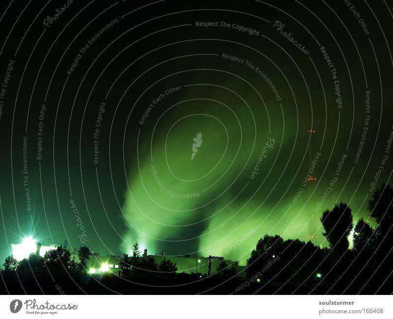 Smog im Schlafzustand Farbfoto Außenaufnahme Menschenleer Textfreiraum links Textfreiraum oben Abend Kunstlicht Licht Schatten Kontrast Silhouette