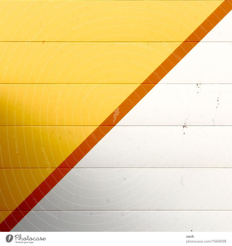 Grenze Stadt Stadtrand Industrieanlage Fabrik Gebäude Gewerbebau Gewerbegebiet Mauer Wand Fassade Linie Streifen gelb weiß Farbfoto Außenaufnahme Muster