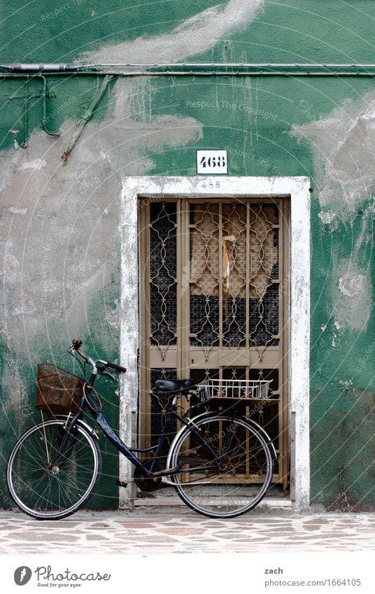Der Charme des Maroden alt grün Haus Wege & Pfade Fassade Tür Fahrrad Fahrradfahren Italien historisch Ziffern & Zahlen Dorf Altstadt Kleinstadt Hafenstadt