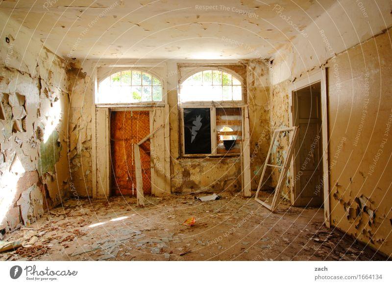 Mach es zu Deinem Projekt! Haus Ruine Bauwerk Mauer Wand Fassade Fenster Tür Häusliches Leben alt dunkel kaputt retro gelb Verfall Vergänglichkeit Zerstörung