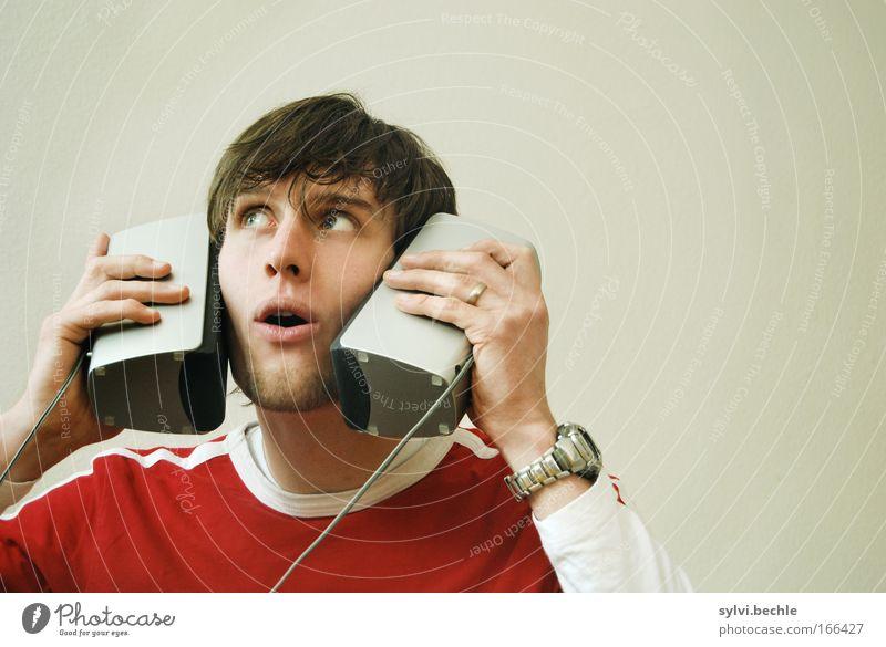 Es geht auch anders! Ohrstöpsel XXL. Entertainment Musik Headset Lautsprecher Kopfhörer Unterhaltungselektronik Junger Mann Jugendliche Auge Hand Musik hören