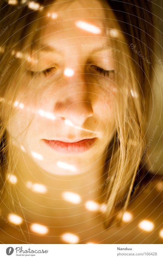 Die Welt ist nicht immer nur schön Farbfoto Innenaufnahme Experiment Licht Schatten Lichterscheinung Unschärfe Porträt Blick nach unten geschlossene Augen