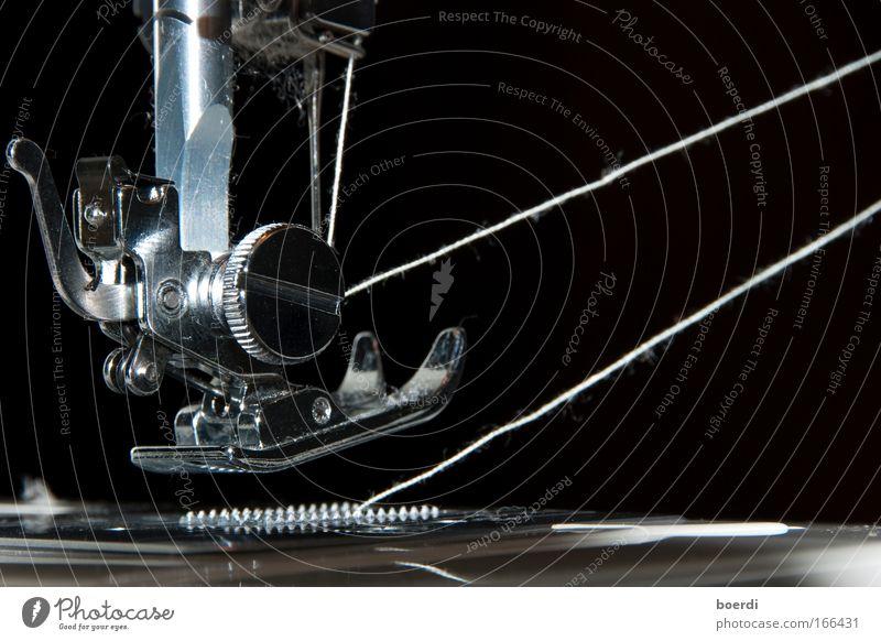 eIngefädelt Schwarzweißfoto Studioaufnahme Detailaufnahme Makroaufnahme Hintergrund neutral Blitzlichtaufnahme Starke Tiefenschärfe Nähmaschine