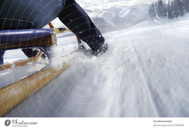 dow_n__h___i______l________l Farbfoto Außenaufnahme Textfreiraum rechts Tag Bewegungsunschärfe Froschperspektive Freizeit & Hobby Winter Schnee Winterurlaub