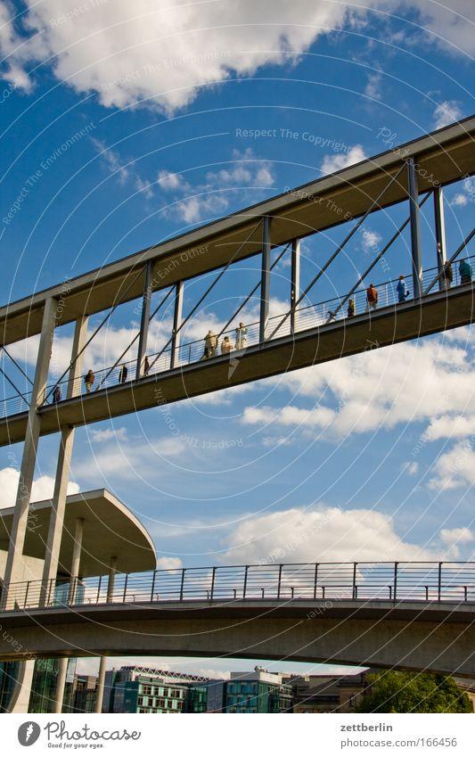 Doppeldoppelbrücke Wasser Himmel Sommer Wolken Berlin Architektur Deutschland Brücke Hauptstadt Textfreiraum Kanal Spree Fußgängerbrücke Fußgängerübergang Regierungssitz