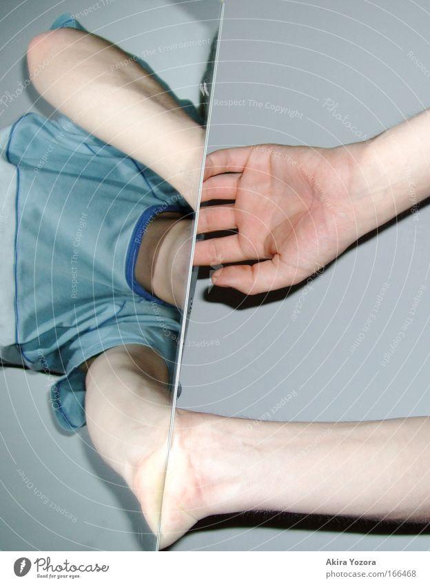At mirrors edge Mensch Hand Arme Haut maskulin Finger T-Shirt festhalten Spiegel entdecken Junger Mann