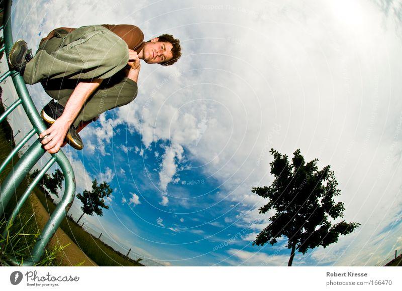 Skaten ohne Board Mensch Himmel Jugendliche blau weiß Baum Freude Wolken Erwachsene Landschaft Stimmung Coolness T-Shirt einfach festhalten