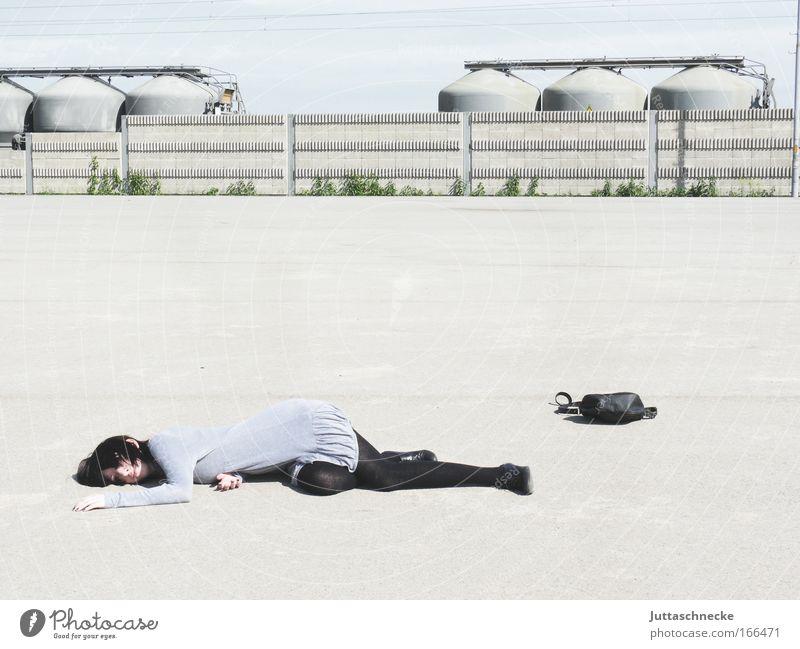Gefallenes Mädchen Frau Mensch Jugendliche Einsamkeit Erholung grau träumen Traurigkeit Mauer Beine Erwachsene Beton schlafen Platz trist Kleid