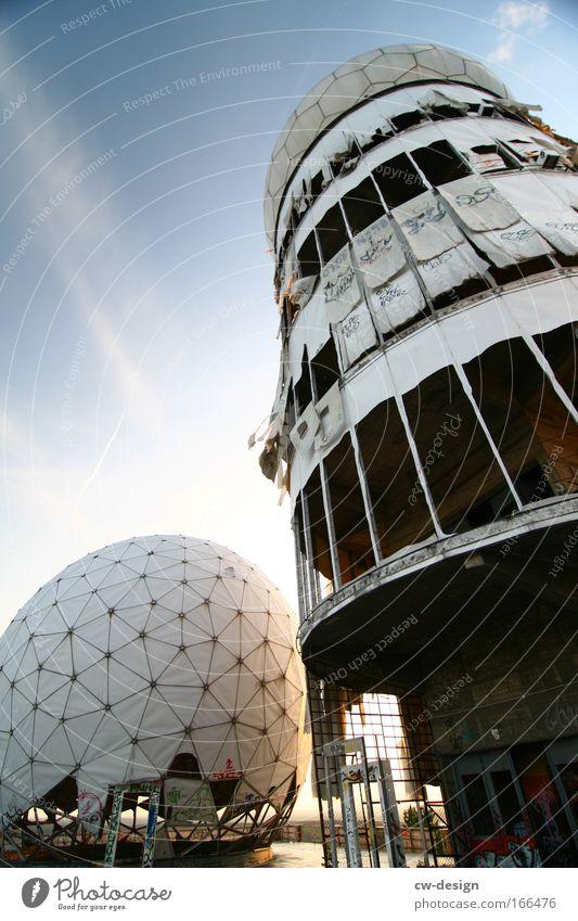 Architektonische Fussbälle alt Einsamkeit ruhig Ferne Architektur Kraft Angst hoch Hochhaus Turm Macht bedrohlich rund Idylle Denkmal Krieg