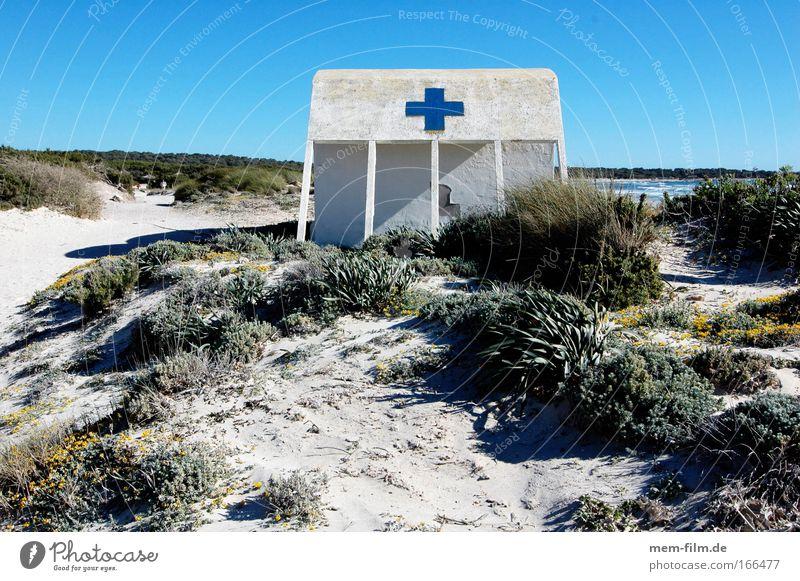 blau statt rot Kreuz Strand Rettung Erste Hilfe Mallorca Strandposten Strandhaus Stranddüne Dünengras Menschenleer Hütte