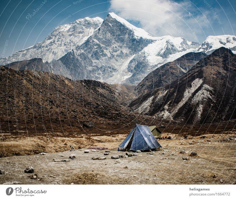 Zelt unter dem Berg Abenteuer Expedition Camping Schnee Berge u. Gebirge wandern Landschaft Himmel Wolken Himalaya Gipfel Gletscher blau Einsamkeit Kanchenjunga