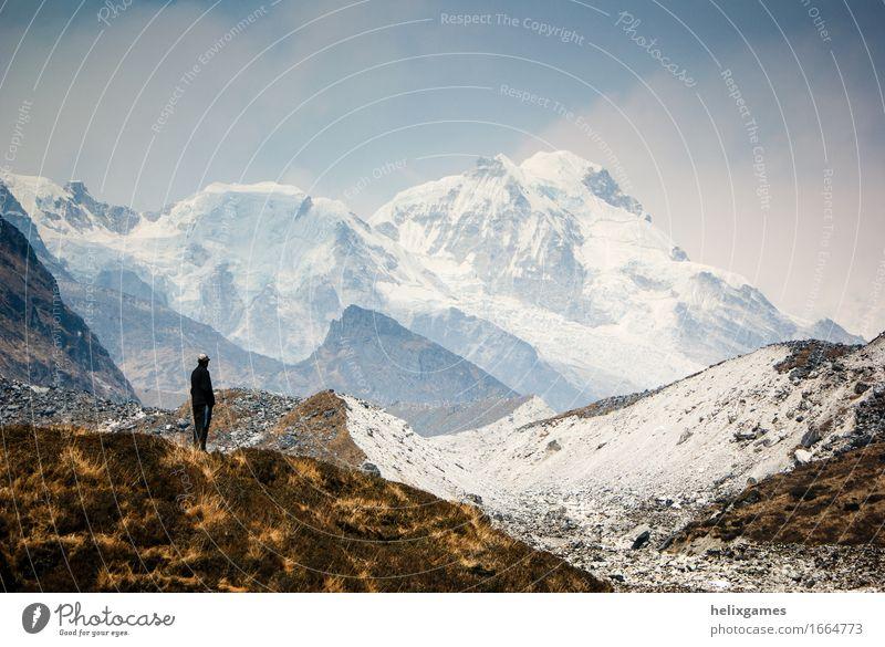 in den Bergen verloren Mensch Ferien & Urlaub & Reisen Jugendliche Mann Landschaft Einsamkeit Wolken Ferne 18-30 Jahre Berge u. Gebirge Erwachsene Schnee