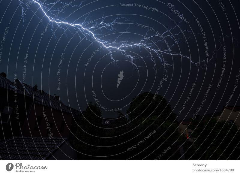 Aber so richtig... Umwelt Natur Urelemente Himmel Gewitterwolken Nachthimmel Sommer Wetter schlechtes Wetter Unwetter Regen Blitze Dorf Kleinstadt Haus Dach