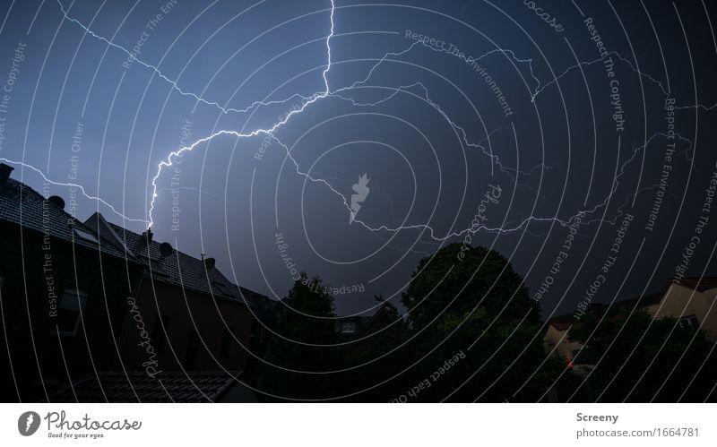 Es rumpelt... Umwelt Natur Urelemente Himmel Gewitterwolken Nachthimmel Sommer Wetter schlechtes Wetter Unwetter Regen Blitze Dorf Kleinstadt Haus Garten