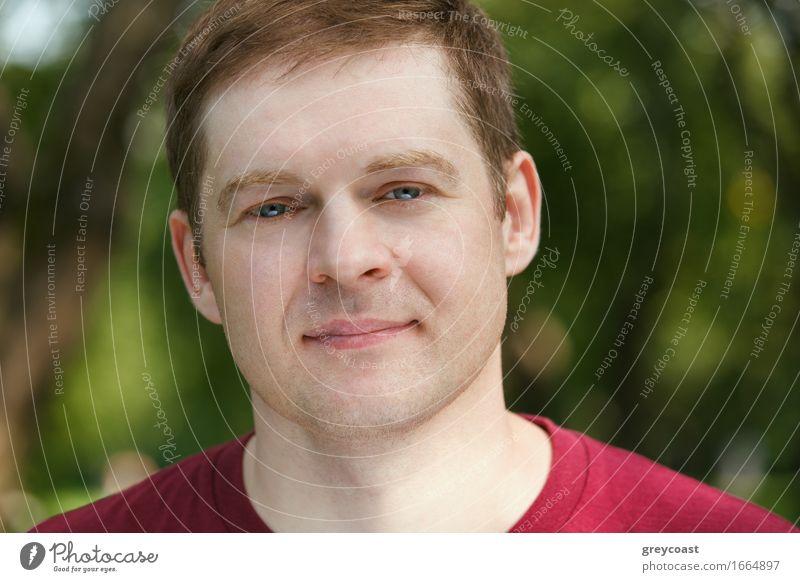 Mann mittleren Alters schaut im Park in die Kamera. Porträt in Nahaufnahme. Lifestyle Glück schön Gesicht Business Erwachsene 30-45 Jahre Behaarung Lächeln