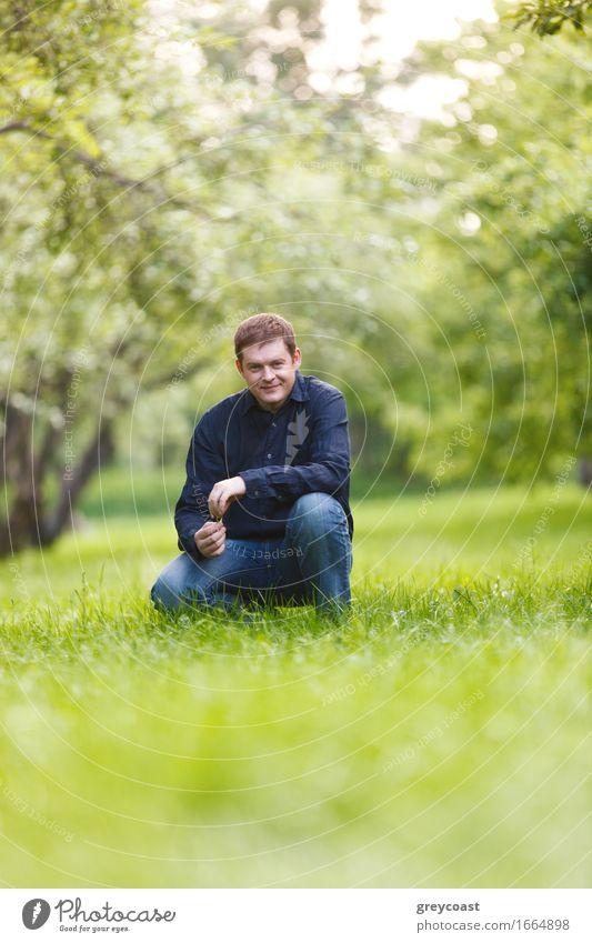 Mann von mittlerem Alter, der im Stadtpark stillsteht Mensch Jugendliche Sommer grün Baum Landschaft Erholung Blatt ruhig 18-30 Jahre Erwachsene Wärme Gras