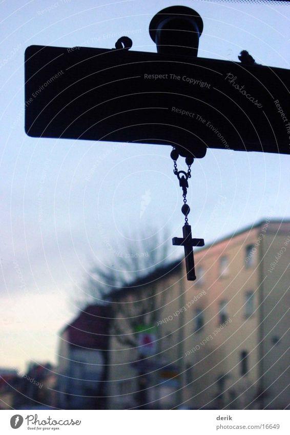 kreuzfahrt Haus Verkehr Autofahren Glaube Christliches Kreuz Christentum Windschutzscheibe Rückspiegel Holzkreuz