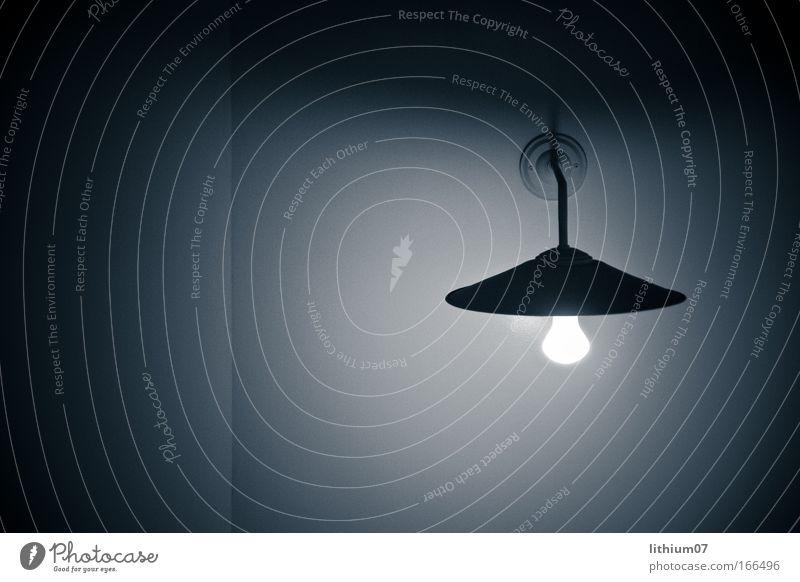 Lampe mit Schirm blau Lampe Wand träumen Mauer Stimmung Raum Beleuchtung Glas Bar Dekoration & Verzierung Häusliches Leben Warmherzigkeit Innenarchitektur Gelassenheit Restaurant
