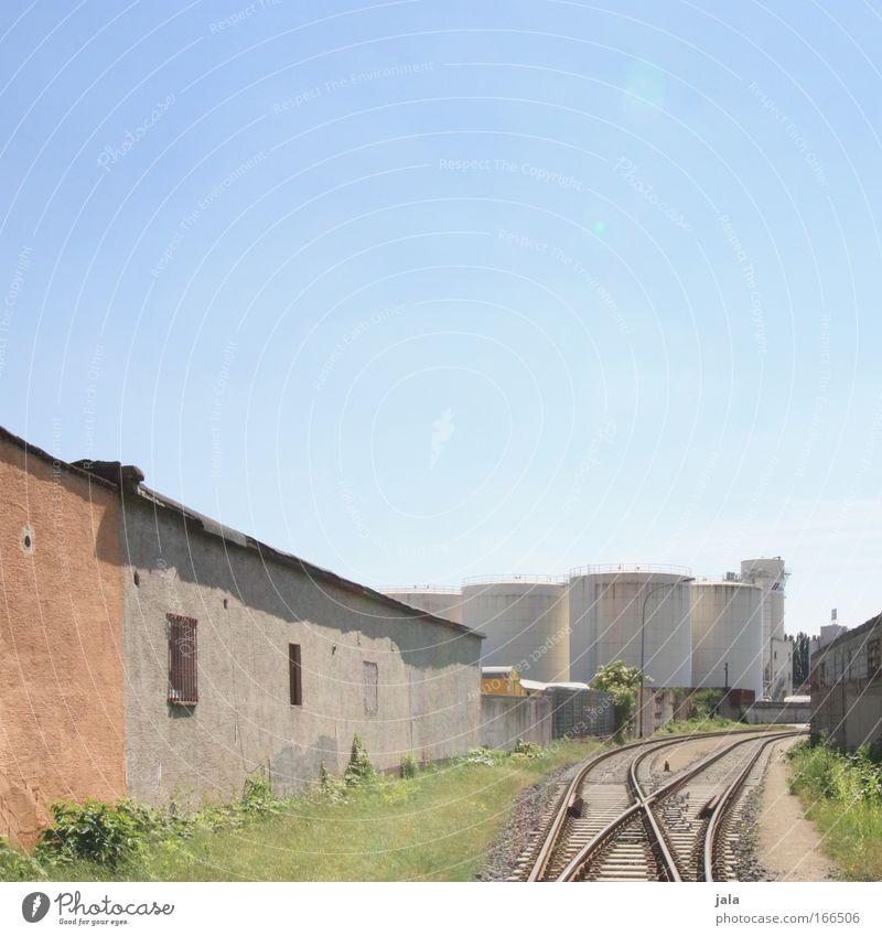 [PC-Usertreff Ffm]: Gleis im Sonnenlicht Farbfoto Außenaufnahme Menschenleer Tag Lichterscheinung Himmel Industrieanlage Fabrik Bauwerk Gebäude Architektur