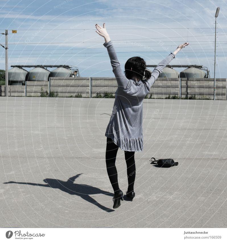Die Freiheit die ich meine Jugendliche Freude Leben grau Beine Erwachsene Arme laufen Erfolg Beton frei Fröhlichkeit Energiewirtschaft Platz stehen
