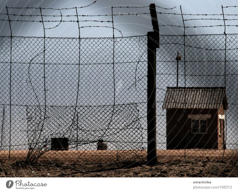 Auf der anderen Seite Einsamkeit dunkel Freiheit Sand Traurigkeit Gebäude Angst gefährlich Macht bedrohlich Fabrik Hafen Schutz außergewöhnlich Gewalt Hütte
