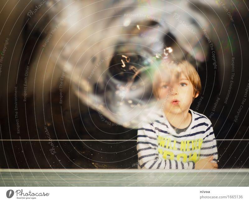 Seifenblasen1 Wissenschaftsmuseum Wissenschaften Mensch Kind Junge Kindheit Kopf Gesicht 3-8 Jahre Museum Winterthur Schweiz Mauer Wand Sehenswürdigkeit