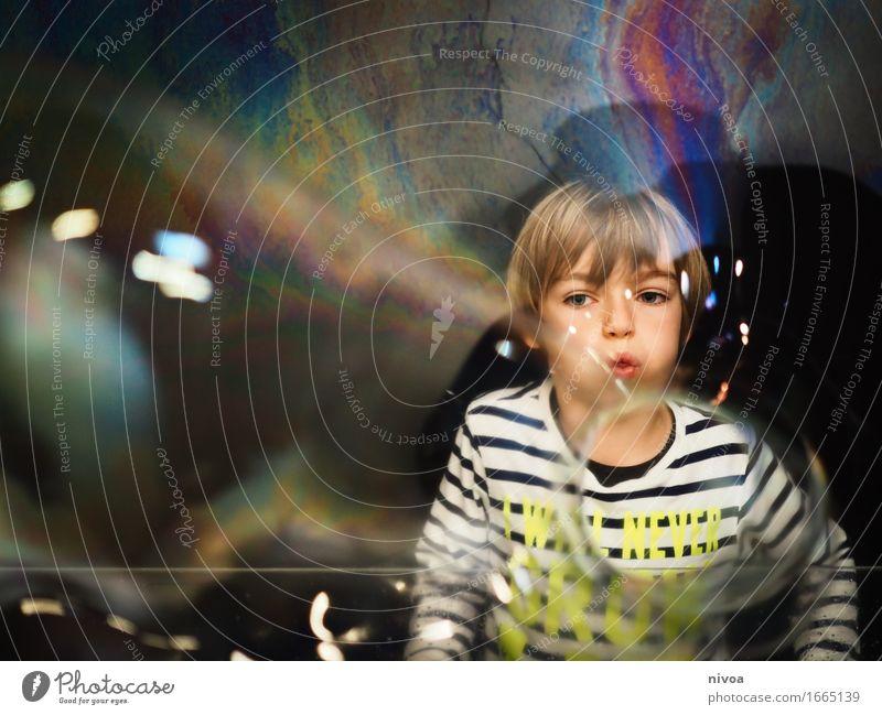 Seifenblasen3 Mensch Kind Wasser Freude lustig Bewegung Junge Kopf glänzend frei blond Kindheit Fröhlichkeit groß beobachten entdecken