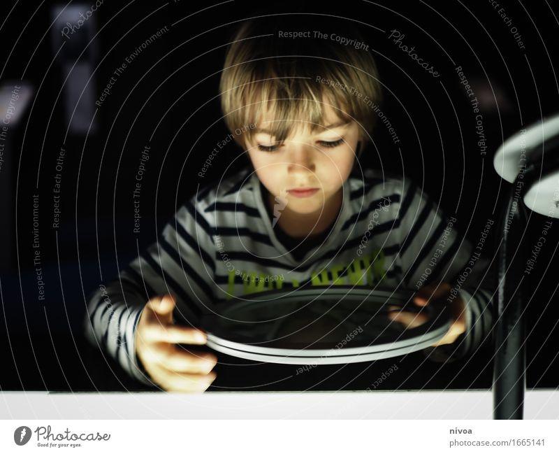 Experimentieren Mensch Kind Bewegung Junge Denken Schule Kopf Metall maskulin Glas blond Kindheit lernen beobachten rund Bildung