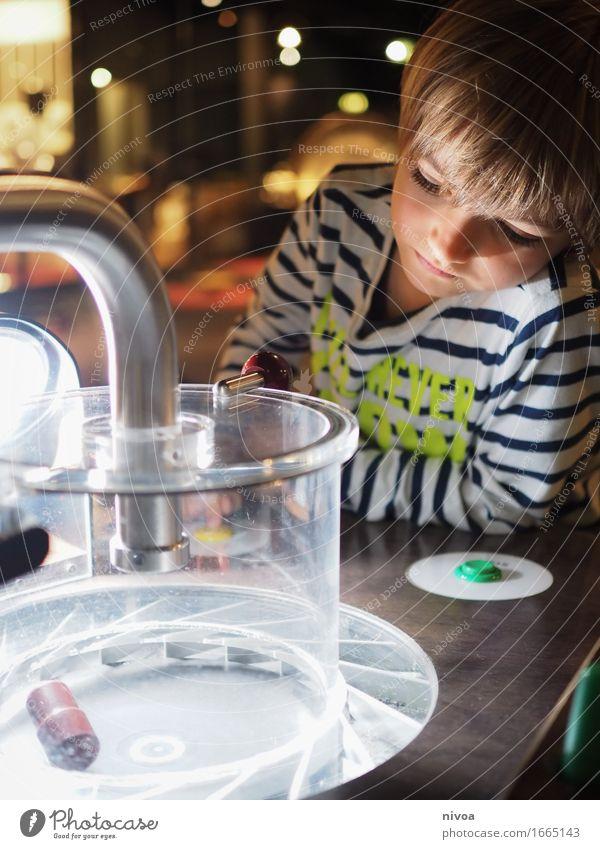 Experimentieren Mensch Kind Bewegung Junge Denken Kopf Lampe Metall maskulin blond Kindheit lernen beobachten Bildung entdecken Sehenswürdigkeit