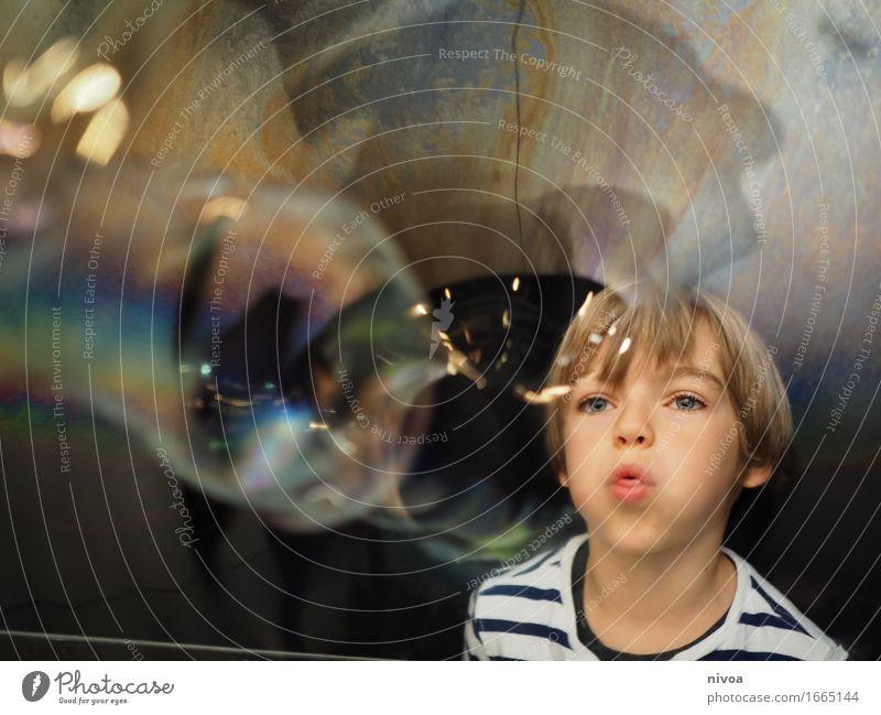 Seifenblasen4 Mensch Kind Wasser Bewegung Junge Spielen Glück Kopf maskulin träumen glänzend blond Kindheit groß beobachten niedlich