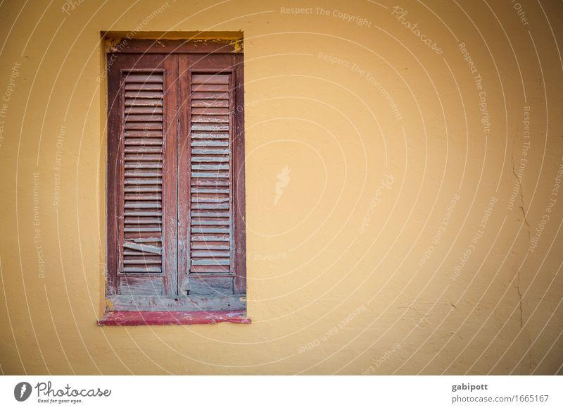 Fenster zu Stadt Haus Mauer Wand Fassade braun gelb Farbe Nostalgie Verfall Vergangenheit Vergänglichkeit geschlossen Fensterladen Farbfoto Außenaufnahme