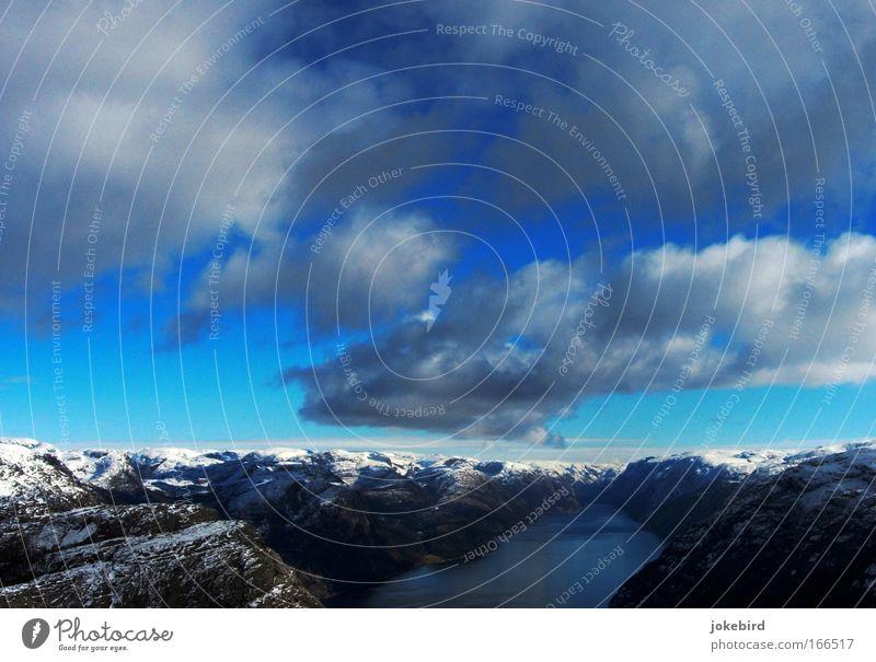 Lysefjorden i Forsand Himmel weiß blau Meer Ferien & Urlaub & Reisen Wolken ruhig Winter Schnee Berge u. Gebirge Freiheit oben Landschaft Kraft Freizeit & Hobby Horizont