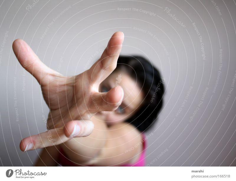 rescue me Gedeckte Farben Innenaufnahme Schwache Tiefenschärfe Stil Mensch feminin Frau Erwachsene Leben Hand 1 berühren entdecken bedrohlich Gefühle Kraft