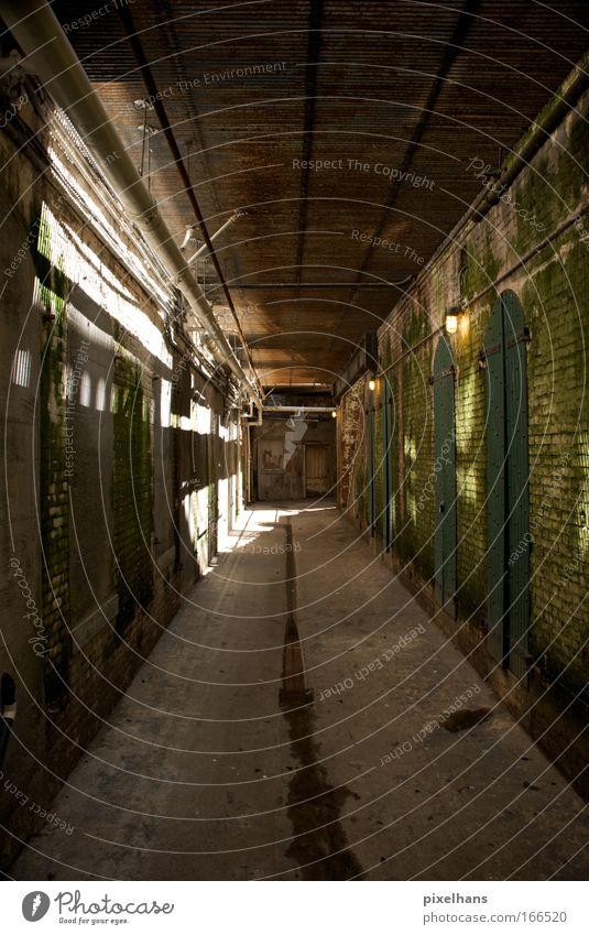 try to build a prison alt Wand Holz Mauer Raum Tür Fabrik Tor Backstein Bauwerk historisch Gang Historische Bauten