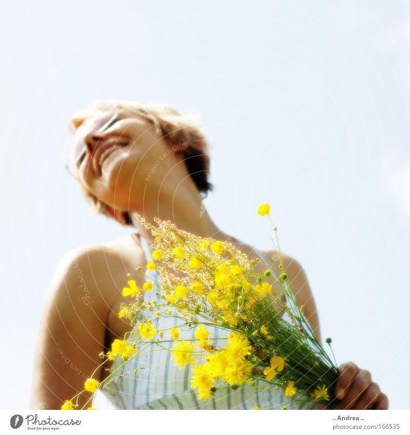 Ich schenk Dir ... Mensch Frau schön Freude gelb Erwachsene Wärme feminin lachen natürlich Glück Gesundheit blond leuchten frisch Fröhlichkeit