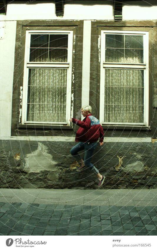 Mensch Frau Jugendliche Erwachsene Fenster Wand Architektur Haare & Frisuren Mauer Mode Deutschland Schuhe Europa Bekleidung 18-30 Jahre Jeanshose