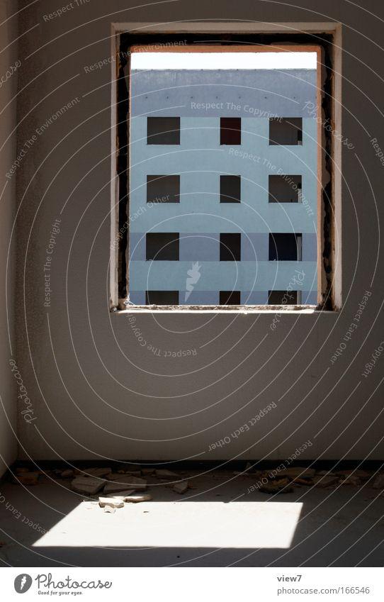 Einsicht alt blau Haus Ferne Wand Fenster Traurigkeit Mauer Raum Wohnung Hochhaus Zeit Perspektive authentisch Wandel & Veränderung Sehnsucht